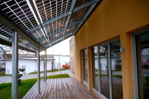Die Solarmodule spenden im Sommer Schatten